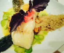 Un plat de quinoa avec du poisson.