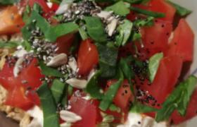 Une salade tomate avec des graines.