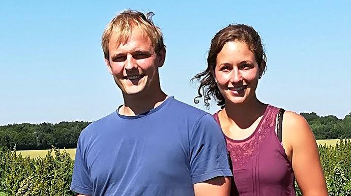 Marion et Damien dans un champ.